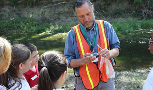 Geologist identities rocks for students